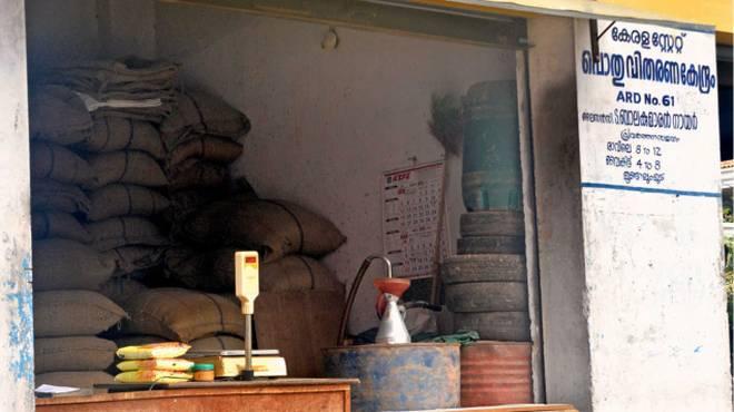 വിഷുവിനുള്ള റേഷന് വിതരണം നിര്ത്തി: ഭക്ഷ്യ മന്ത്രിക്കെതിരെ റേഷന് വ്യാപാരികള്