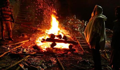 ചെങ്ങന്നൂരില് അമ്മയുടെ മൃതദേഹം റോഡില് സംസ്കരിച്ച് ദലിത് കുടുംബം