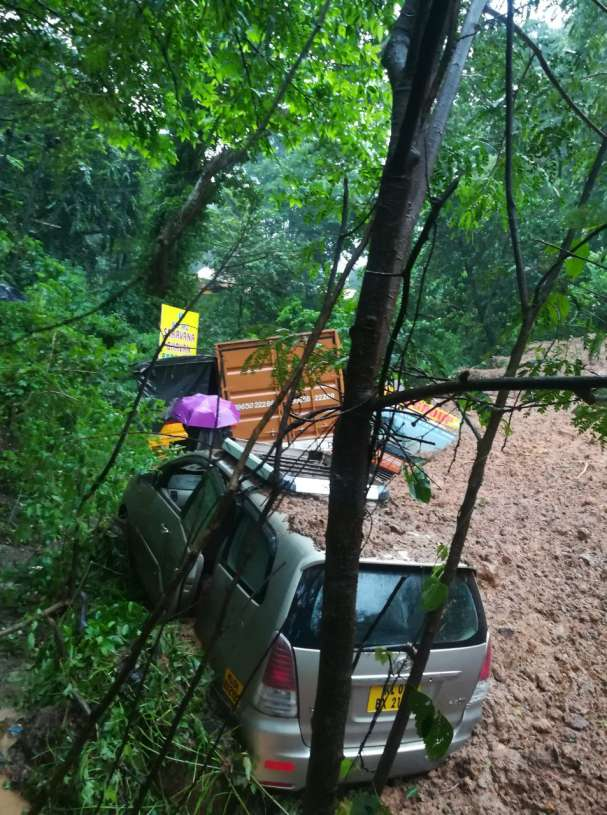 കുതിരാനില് വാഹനങ്ങള് മണ്ണിനടിയിലായി; 15 കിലോമീറ്റര് നീളത്തിലാണ് വാഹനങ്ങളുടെ കുരുക്ക് രൂപപ്പെട്ടത്